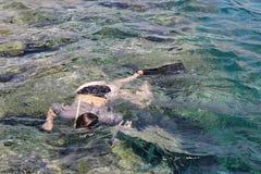 Kvinnafotografdykning in i vatten av Röda havet Arkivfoton