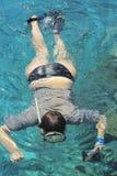 Kvinnafotografdykning in i vatten av Röda havet Royaltyfria Bilder