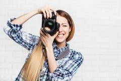 Kvinnafotografen tar bilder med dslrkameran Royaltyfria Bilder