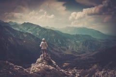 Kvinnafotvandrare på ett berg Royaltyfri Fotografi