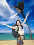 Kvinnafotvandrare som är lycklig att nå den tropiska stranden Arkivfoton