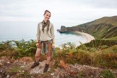 Kvinnafotvandrare som åt sidan framme ser av landskap för havsikt Royaltyfria Foton
