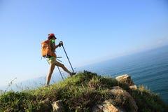 Kvinnafotvandrare som fotvandrar på sjösidaberget Royaltyfri Fotografi