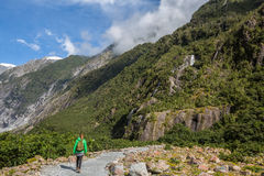 Kvinnafotvandrare som går i Franz Josef Glacier royaltyfri bild