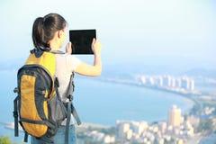 Kvinnafotvandrare som tar fotoet Arkivfoton