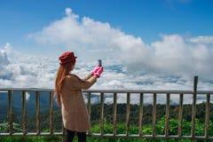 Kvinnafotvandrare som tar fotoet med mobiltelefonen Fotografering för Bildbyråer
