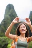 Kvinnafotvandrare som tar selfiefotoet som fotvandrar på Hawaii Arkivfoton