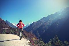 Kvinnafotvandrare som trekking på himalaya berg Royaltyfri Foto