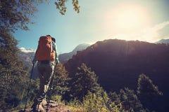 Kvinnafotvandrare som trekking på himalaya berg Royaltyfria Foton