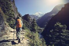 Kvinnafotvandrare som trekking på himalaya berg Royaltyfri Fotografi