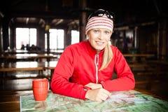 Kvinnafotvandraren med kartlägger att planera snubblar Royaltyfri Fotografi