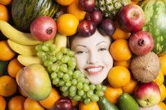 Kvinnaframsida i frukter Arkivbild