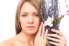 Kvinnaframsida med blomman Royaltyfria Foton