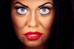 Kvinnaframsida med idérikt smink och ögonfrans Arkivbild