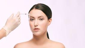 Kvinnaframsidainjektion salongcosmetologytillvägagångssätt hudmedicinsk vård dermatologibehandling anti-åldras lyfta för skrynkla fotografering för bildbyråer