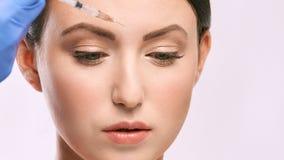 Kvinnaframsidainjektion salongcosmetologytillvägagångssätt hudmedicinsk vård dermatologibehandling anti-åldras lyfta för skrynkla royaltyfria foton