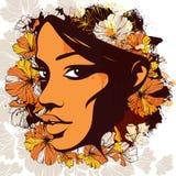 Kvinnaframsidan dekorerade med blommor på bakgrunden av en vattenfärg Arkivfoton