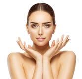 Kvinnaframsidan räcker skönhet, makeup för hudomsorg, härligt smink royaltyfri fotografi