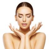 Kvinnaframsidan räcker skönhet, stängda ögon för makeup för hudomsorg, smink royaltyfri fotografi