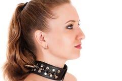 Kvinnaframsidaprofil med den broddade kragen Royaltyfri Bild