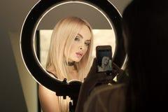 Kvinnaframsidaskönhet Den sinnliga kvinnan med makeupframsidan och långt blont hår i softbox tänder Skönhetmodellkvinnan poserar  royaltyfria foton