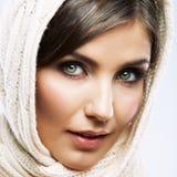 Kvinnaframsidaslut upp skönhetståenden. Den kvinnliga modellen poserar Arkivfoto