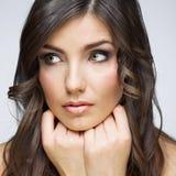 Kvinnaframsidaslut upp skönhetståenden Flicka med lång hårlookin Royaltyfri Foto
