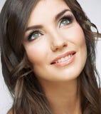 Kvinnaframsidaslut upp skönhetståenden Flicka med lång hårlookin Royaltyfria Bilder