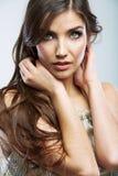 Kvinnaframsidaslut upp skönhetståenden Isolerad kvinnlig modell Arkivbild