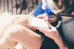 Kvinnafreelancer som arbetar på semester över internet genom att använda sma Royaltyfri Fotografi