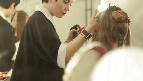 Kvinnafrisör som besprutar vatten på långt hår, innan haircutting i skönhetstudio Kvinnlig frisyr i frisering lager videofilmer