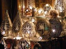 kvinnaförsäljare som säljer kopparlampor i marknad för khan el khalilisouq i Egypten cairo Arkivbilder