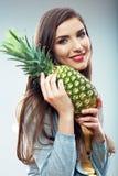 Kvinnafrukt bantar begreppsståenden med grön ananas Arkivfoton