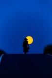Kvinnafullmåne nära Arkivfoton