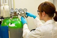 Kvinnafungerande gasflaska Arkivbilder