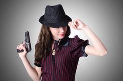 Kvinnagangster med handeldvapnet Royaltyfri Fotografi