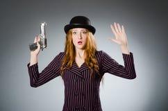 Kvinnagangster med vapnet Arkivbild