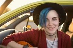 Kvinnagitarrist som spelar musik Arkivfoto