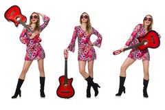 Kvinnagitarrspelaren som isoleras på vit Arkivbild