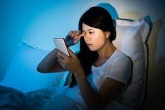 Kvinnagnuggbild synar med att använda smartphonen royaltyfria foton