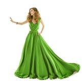 Kvinnagräsplanklänning, modemodell i långt siden- kappahandlag vid handen Royaltyfri Bild