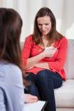Kvinnagråt på psykoterapi Arkivbilder