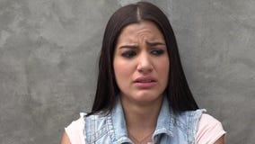 Kvinnagråt, sorgsenhet, fördjupning stock video