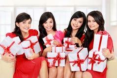 Kvinnagruppen med många gåvan boxas Royaltyfria Bilder