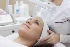Kvinnahäleri som rentvår terapi applicera genomskinlig fernissa för omsorgshud Royaltyfria Foton