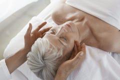 Kvinnahälerimassage arkivbilder