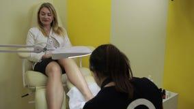 Kvinnahäleripedikyren spikar in salongen stock video
