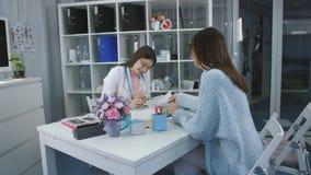 Kvinnahälsa, frustrerad patient som talar med en konsulentdoktor i medicinskt kontor lager videofilmer