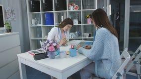 Kvinnahälsa, frustrerad patient som talar med en konsulentdoktor i medicinskt kontor stock video