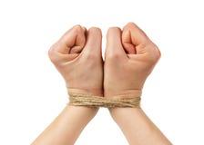 Kvinnahänder begränsar vid repet eller rad som isoleras på vit Arkivbild